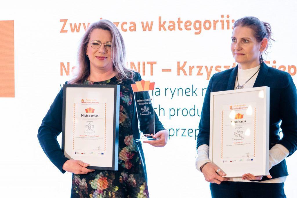 od lewej: Sylwia Draus-Ciepluch ze statuetką i dyplomem, Katarzyna Łebkowska, kierownik działu marketingu ML System SA z dyplomem