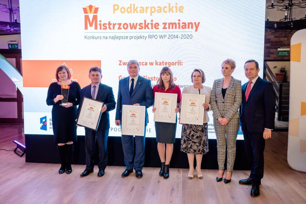 Laureaci i nominowani w kategorii dla środowiska, od lewej marszałek Władysław Ortyl, dyrektor Wioletta Rejman